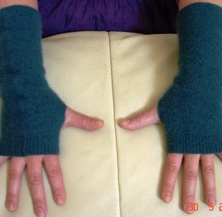 Recycled lambswool and cashmere gloves